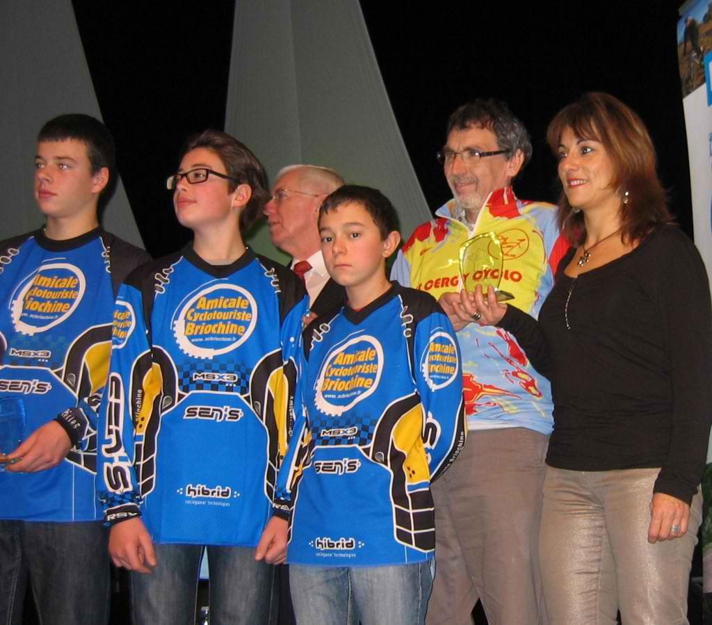 AG FFCT à St Malo :Céline et Alain avec les enfants de l'ecole cyclo de St Brieuc