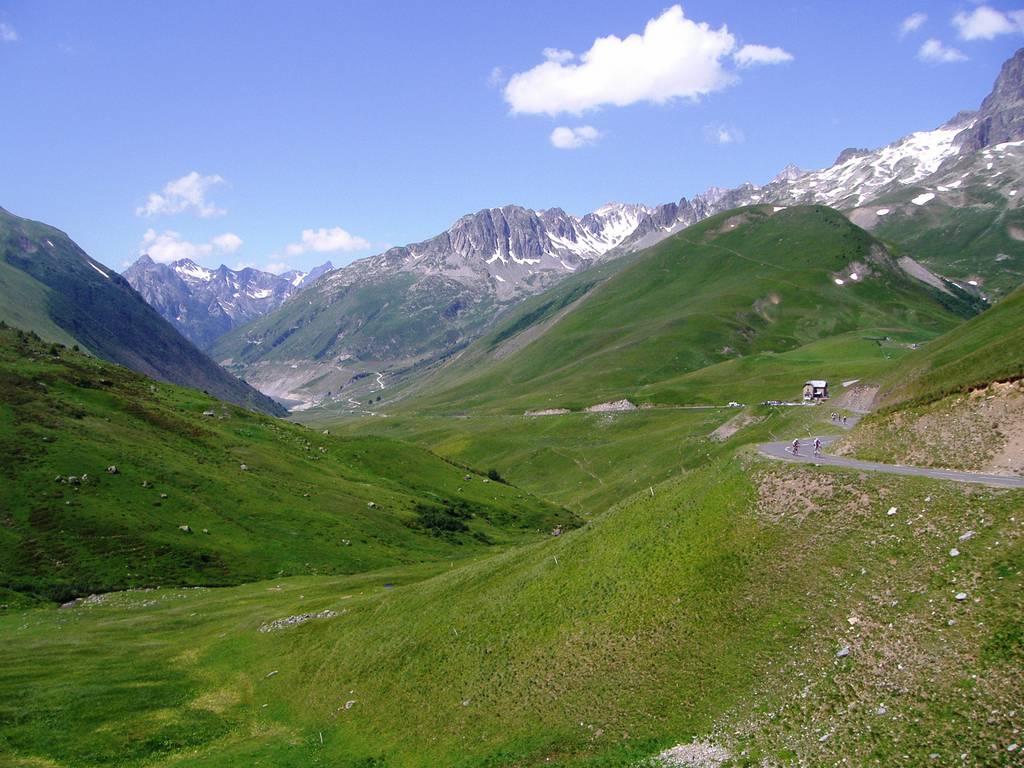 Magnifique vue des Alpes avec les randonneurs en pleine ascension