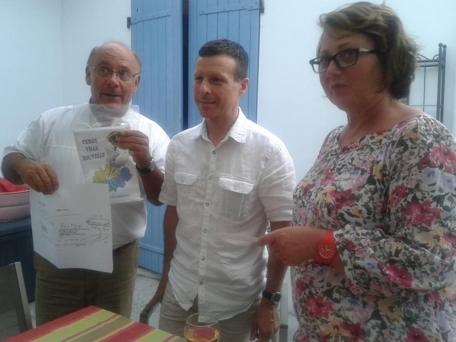 Martine HAMON et Louis-Henry SOUCIET remettant le chéque du Lions club à Joseph Agro photo 2