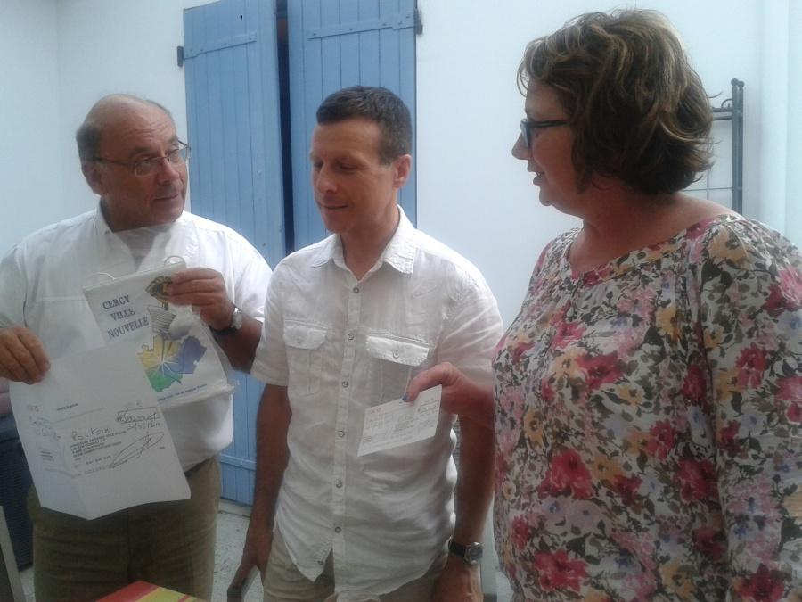 Martine HAMON et Louis-Henry SOUCIET remettant le chéque du Lions club à Joseph Agro photo 3