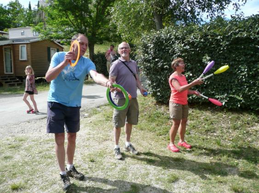 Jean-Marie s'essaie au jonglage