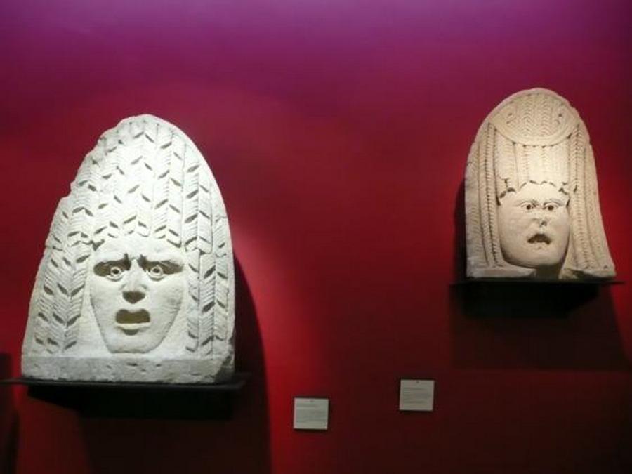 Masques de pierre dans le musée