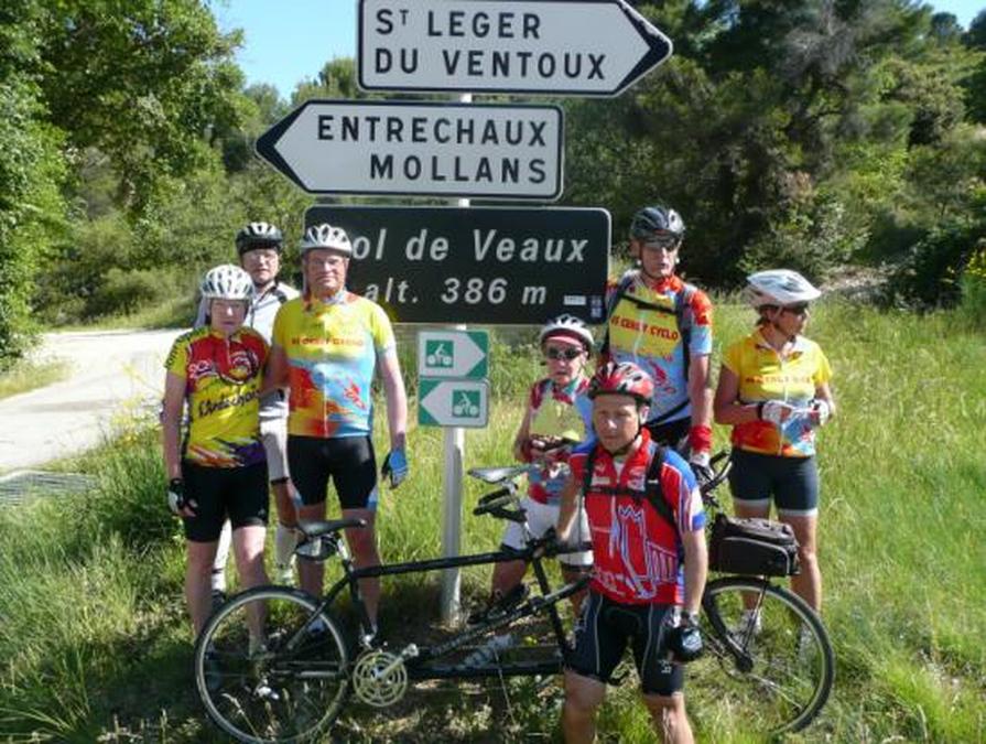 Le groupe pose devant la pancarte du col de Veaux