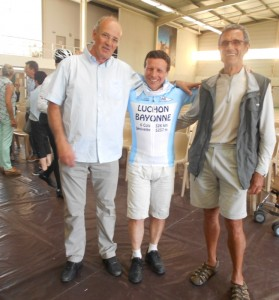 Remise du maillot par le président du Club Cyclo de Bayonne, Joseph et Henri.