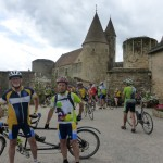 Châteauneuf en Auxois,  Michel et Joseph devant le château