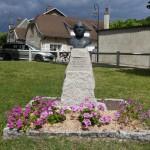 Statue du Chamoine Kir dans le village de Bèze.