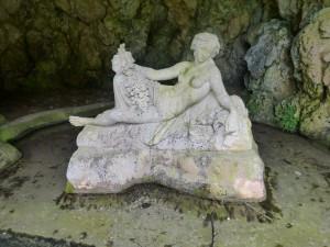 """Source de la Seine dans une grotte artificielle avec une statue appelée """"La Nymphe de la Seine""""  datant de 1866."""