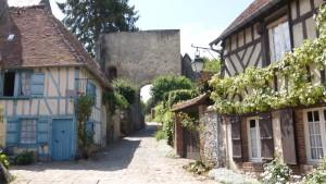 La rue du château, la Tour Porte et la maison bleue