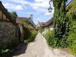 Gerberoy : Ruelle pavée avec maisons en torchis