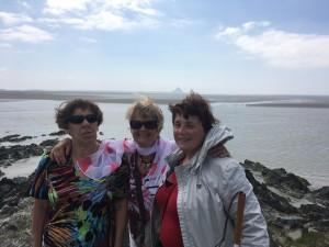 Claude, Françoise et Laurence avec le Mont Saint-Michel en fond