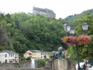 Le château de Vianden et le buste de Victor Hugo