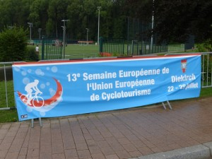 """L'unique banderole annonçant """"La 13ème semaine de l'union européenne de cyclotourisme"""