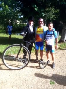 Bien habillé le cycliste avec son beau vélo à Longny-au-Perche avec Joseph et Jean-Luc