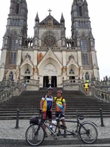 Joseph et Jean-Luc devant la basilique de La Chapelle-Montligeon